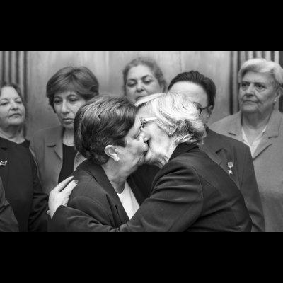 "OPENCALL #identitydialogueseurope, © Ana Amado, ""Bacio socialista fraterno tra Lyudmila Brezhnev ed Erica Honecker, 1979"" dalla serie ""Lideresas"""