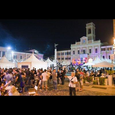 Federico Paganelli, SI FEST 2011. 20a edizione, Notte bianca in Piazza Borghesi. Archivio fotografico di Palazzo Vendemini